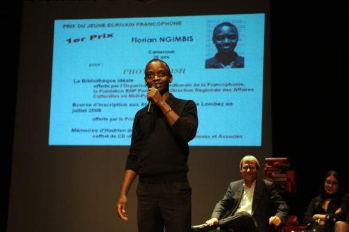Florian Ngimbis recevant le prix du jeune ecrivain francopone 2008 – photo avec la permission de l'auteur